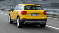 Heck des Audi Q2 TDI fahrend