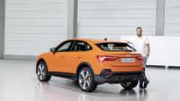 der Autor Michael Gebhardt steht vor dem neuen Audi Q3  Sportback