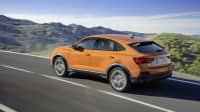 Audi Q3 Sportback fährt auf einer Strasse