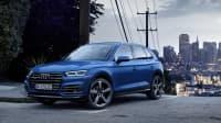 Audi Q5 steht vor einer City Skyline