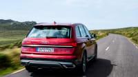 Der Audi Q7 fahrend auf einer Strasse, von hinten aufgenommen.