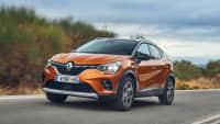 Bronzefarbener Renault Capture mit LPG-Antrieb fährt über Landstraße