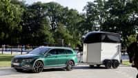VW Passat Alltrack stehend mit Pferdeanhänger