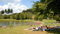 Badende am Stausee in Losheim