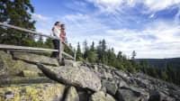 Mann und Frau beim Wandern am Schneeberg im Fichtelgebirge