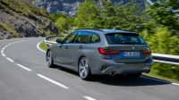 BMW 3er Touring fahrend auf einer Landstrasse von schräg hinten