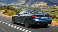 Heck des BMW 4er Coupe fahrend