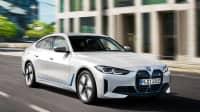 Seiten- und Frontansicht eines fahrenden BMW i4