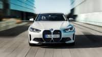 Frontansicht eines fahrenden BMW i4