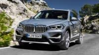 BMW X1 fahrend auf der Straße