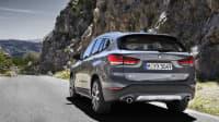 BMW X1 fahrend von hinten