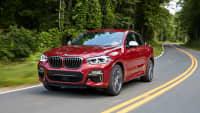 Roter BMW X4 faehrt auf Strasse