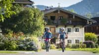 Zwei Radfahrer fahren auf dem Radweg zwischen Bodensee und Königssee