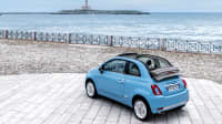 hellblaues Fiat 500 cc Cabrio steht am Meer