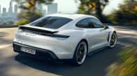 Heck des Porsche Taycan fahrend