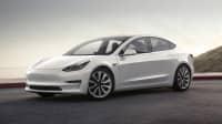 Weisser Tesla Model 3 steht auf einer Straße