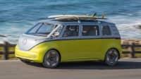 Front und Seitenansicht eines fahrenden VW ID Buzz