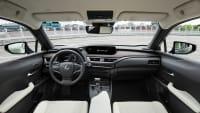 Cockpit eines Lexus UX