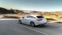 weisser Mercedes CLA Coupe faehrt auf einer Strasse
