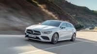 weisser Mercedes CLA Shooting Brake fahert auf Strasse