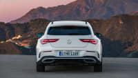 weisser Mercedes CLA Shooting Brake steht in Landschaft