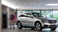 Silberner Mercedes GLC F-Cell wird aufgeladen