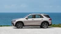 Silberner Mercedes GLE steht im Gelaende