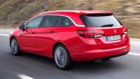 Roter Opel Astra K Sports Tourer faehrt auf Strasse