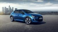 blauer Peugeot E-208 steht auf Parkplatz