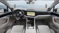 Cockpit eines weissen VW Touareg