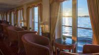 Blick aus dem Panorama-Salon des Schiffs Katharina von Bora auf die Ostseeküste