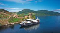 Das Schiff Lord of the Glens vor dem Urquhart Castle bei Loch Ness