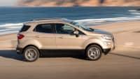Ford EcoSport fährt seitlich am Meer entlang