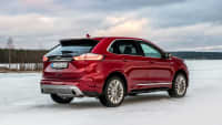 roter Ford Edge 2019 steht in Winterlanschaft