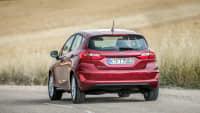roter Ford Fiesta Titanium fährt auf Strasse