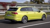 VW Golf Variant fahrend von schräg hinten aufgenommen