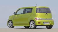 grüner Daihatsu Materia steht auf einem Parkplatz