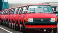 eine Reihe roter Opel Corsa