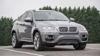 silberner BMW X6 steht auf einem Parkplatz