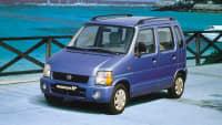 blauer Suzuki Wagon steht auf einer Brücke