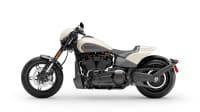 eine weisse Harley-Davidson FXDR114 im Studio von der Seite
