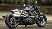 Eine Harley Davidson Sportster S steht auf einer Straße, seitlich zu sehen