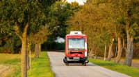 Ein autonomer bus fährt in Bad Birnbach auf der Strasse