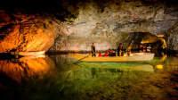 Eine Innenaufnahme der Höhle Lac Souterrain de Saint-Léonard in der Schweiz