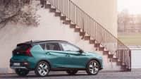 Ansicht der neue petrolfarbene Hyundai Bayon von der Seite