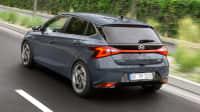 Heckansicht des Hyundai i20 fahrend auf einer Straße