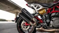 Hinterrad und Auspuff vom Motorrad Indian FTR R Carbon