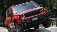 Der Jeep Renegade Plug-in Hybrid fährt über extreme Bodenwellen