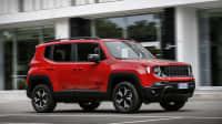Jeep Renegade Plug-in Hybrid fährt auf einer Strasse