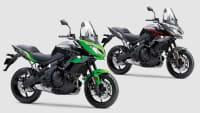 Zwei Kawasaki Versys 650 Motorräder in unterschiedlicher Lackierung im Studio